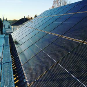 Photovoltaikmodule_auf_einem_Dach_montiert