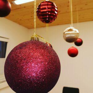 Weihnachtskugel_hängen_an_der_Decke