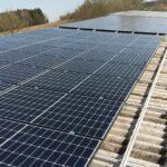 Eine große Photovoltaikanlage auf einem großem Dach